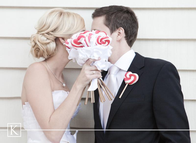 lizaki w bukiecie ślubnym lizaki w butonierce